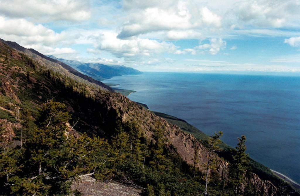 Лагунное озеро Щючье (справа внизу) когда-то было частью байкальской акватории. Северный угол мыса Заворотный.