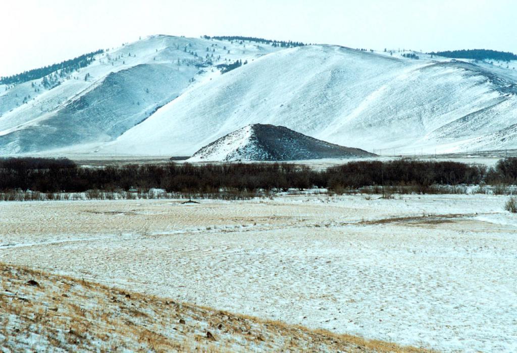 Гора Ехе Ердой находится в 2 километрах от Байкала на правом берегу речки Анга (8 километров от поселка Еланцы). Гора, высотой 42 метра, похожая на искуственный насыпной холм возвышается на ровной поверхности долины. По рассказам местных жителей, у подножия Ехе Ердой в прошлом проходил большой культовый праздник, на который съезжались гости со многих мест Прибайкалья. Вокруг горы устраивался грандиозный круговой танец, продолжавшийся несколько дней и ночей, в котором одновременно могли участвовать свыше 70