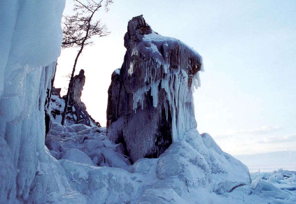 Обледенелые скалы на мысе Бурхан (остров Ольхон).