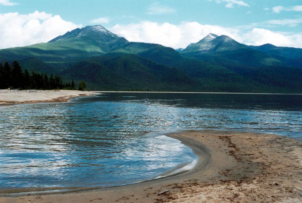 На низком берегу бухты Сосновка, поросшем хвойным лесом и кустарниками, находится километровый участок с великолепным песчаным пляжем.