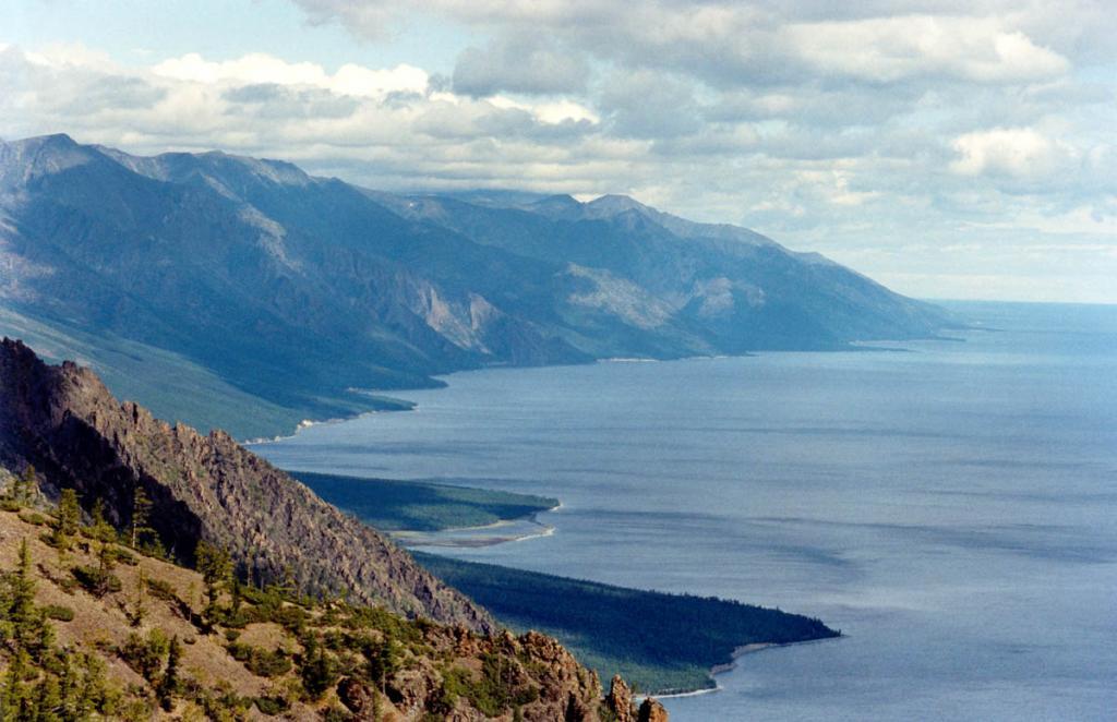 Характерный элемент неповторимых ландшафтов северо-западного Байкала - сочетание стеноподобных склонов и водной глади. На снимке: северо-западное побережье у Кедровых мысов.