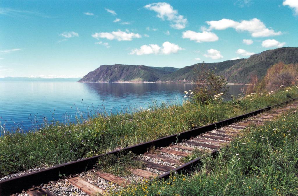 Мало где на железнодорожных маршрутах России увидишь более удивительные пейзажи, чем на старом участке Кругобайкальской железной дороги от Култука до порта Байкал.