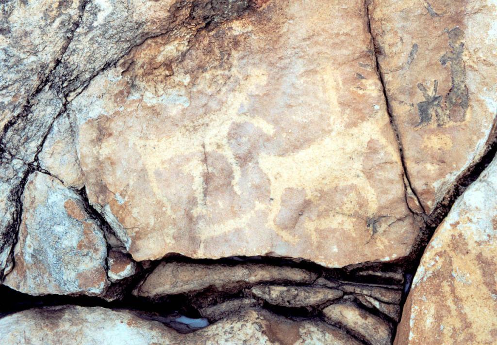 Наскальные рисунки на горе Сахюртэ (5 километров от п. Еланцы на левом берегу р. Анга) находятся в четырех местах на гладкой поверхности выступов скалы. Размер рисунков от 10 до 50 см.