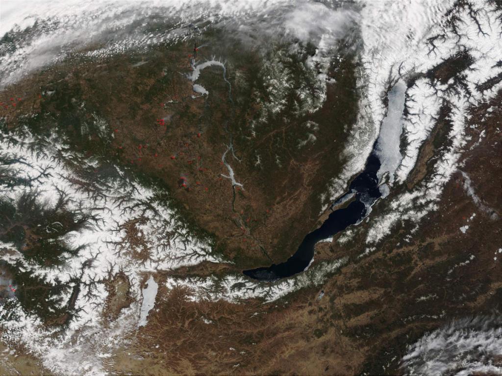 Геологическая история Байкальского горного пояса отличается большим своеобразием и многочисленной сменой во времени различных геодинамических обстановок. Формирование морфогенетических структур этого региона характеризуется сложными процессами осадконакопления, вулканизма, интрузивного магматизма и тектонических движений. Во все геологические эпохи для земной коры и мантийных слоев в пределах Байкальского горного пояса характерно постоянно аномальное и весьма динамическое состояние. На этом снимке хорошо в