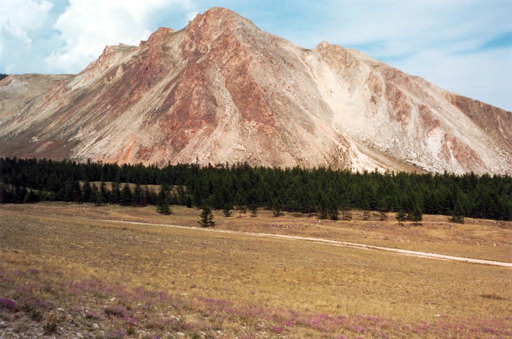 Над северной частью мыса Зундук возвышается красивая гора с одноименным названием. На вершине горы сохранились следы пробных разработок розового мрамора. Одно из красивейших мест на берегу Малого моря.