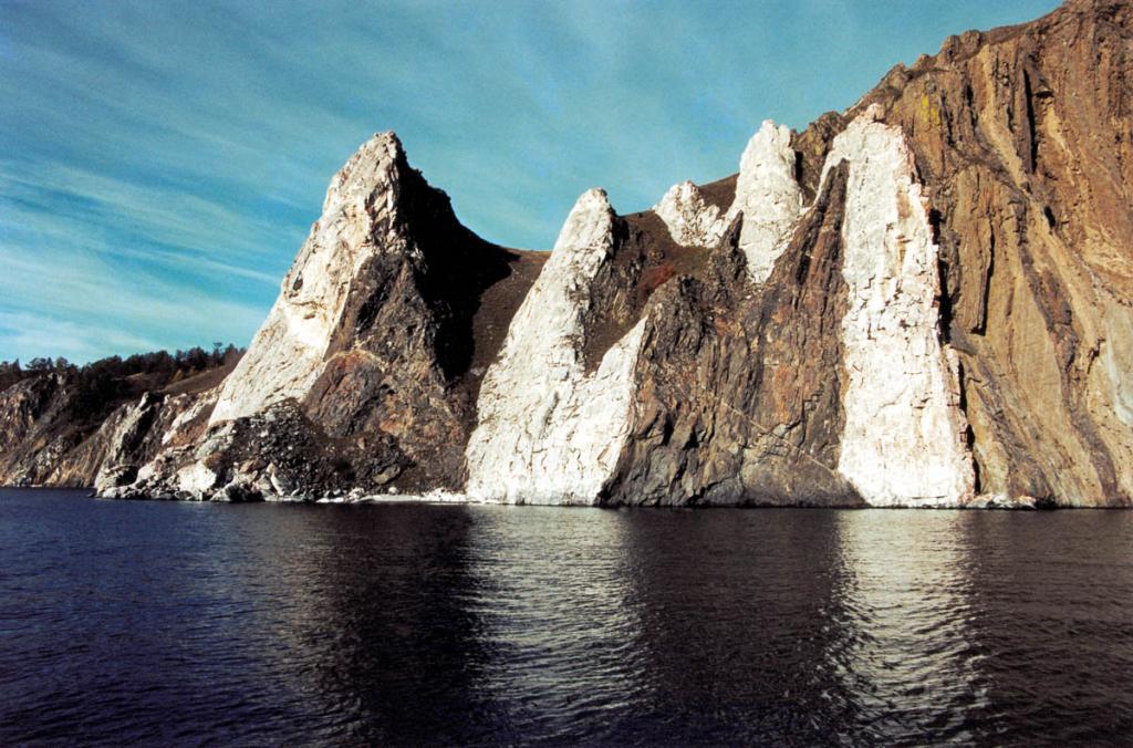 Уникальный, единственный на Байкале тектонический меландж из мраморов и метагабброидов у мыса Шунтэ-Левый. Северо-восточная оконечность острова.