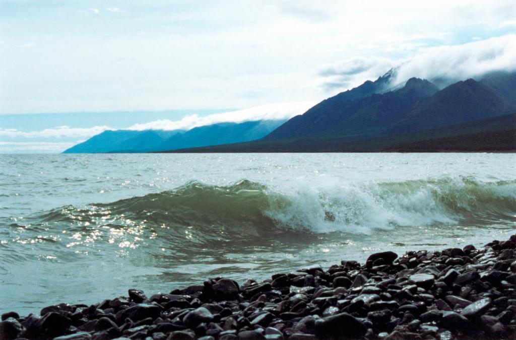 Песнь байкальского прибоя может как утомить непрерывным ритмом ударов волн, так и вдохновить живым присутствием природного созвучия. На снимке: северо-западное побережье у мыса Заворотный.