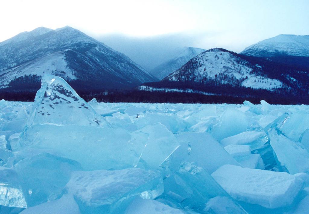 Активное образование льда на Северном Байкале начинается в декабре с усилением морозов. На снимке: северо-западное побережье у мыса Хибелен.