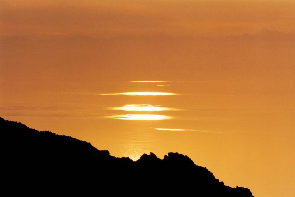 Золото байкальского рассвета. Снимок сделан с высоты 1586 метров над уровнем Байкала (Байкальский хребет в районе мыса Хибелен).