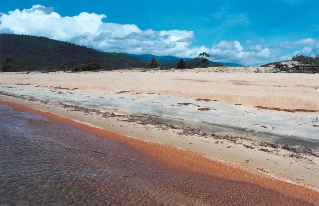Песчаный 2-километровый пляж вблизи устья речки Большой Чивыркуй - выдающееся эоловое явление на Байкале. Песчаный участок граничит с темнохвойной тайгой и зарослями кедрового стланика (Pinus humila L.).