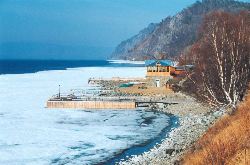 Некоторые из туристических баз Южного Байкала находятся в нескольких метрах от берега и имеют полный комплекс услуг для полноценного отдыха.