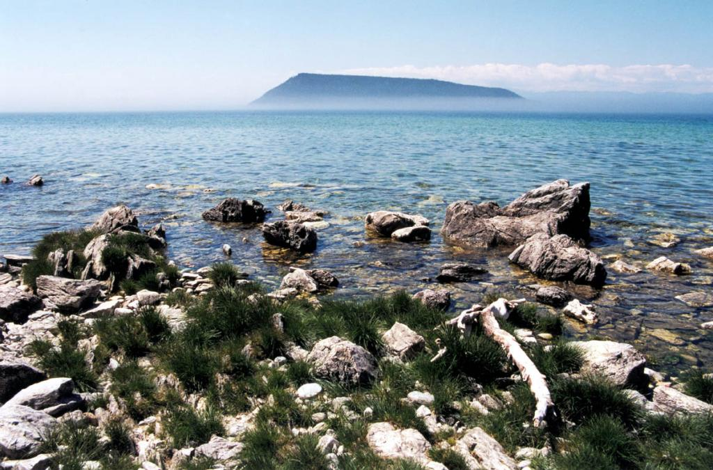 Второй по величине остров на Байкале - Большой Ушканий - представляет собой самую высокую вершину подводного Академического хребта, возвышающуюся над уровнем озера на 216 метров. По каньонообразной долине между Ушканьими островами и полуостровом Святой Нос (на снимке - под водой, снимок сделан с п. Святой Нос) в голоценовый период разломообразования происходил сток воды из северной впадины в Центральную.