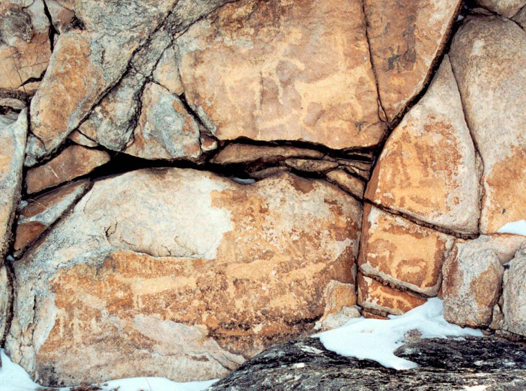 Возраст наскальных рисунков на горе Сахюртэ оценивается в 2000 лет.