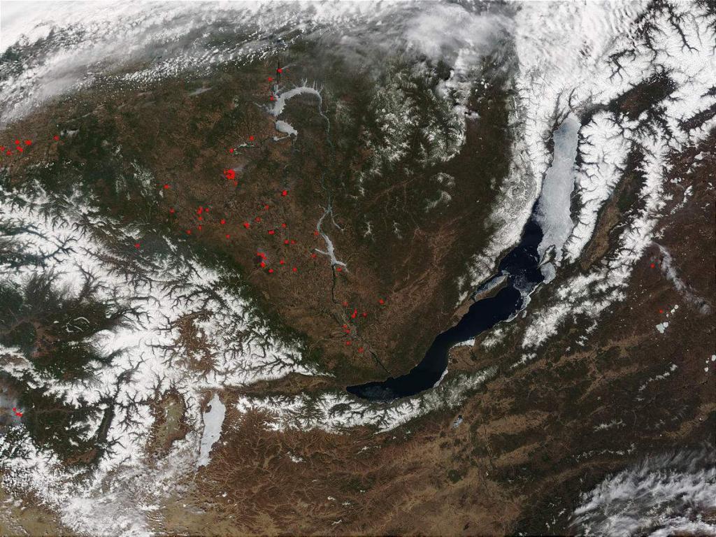 В середине мая огромные ледовые поля еще находятся в Малом море, Баргузинском и Чивыркуйском заливах, ими занят весь северный Байкал.