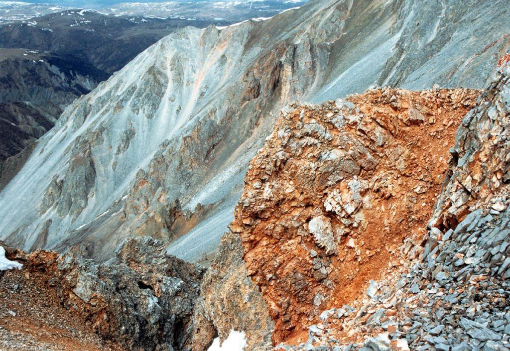 Саяны богаты железными и медными рудами, золотом, ртутью, полиметаллами, алюминием, графитом.