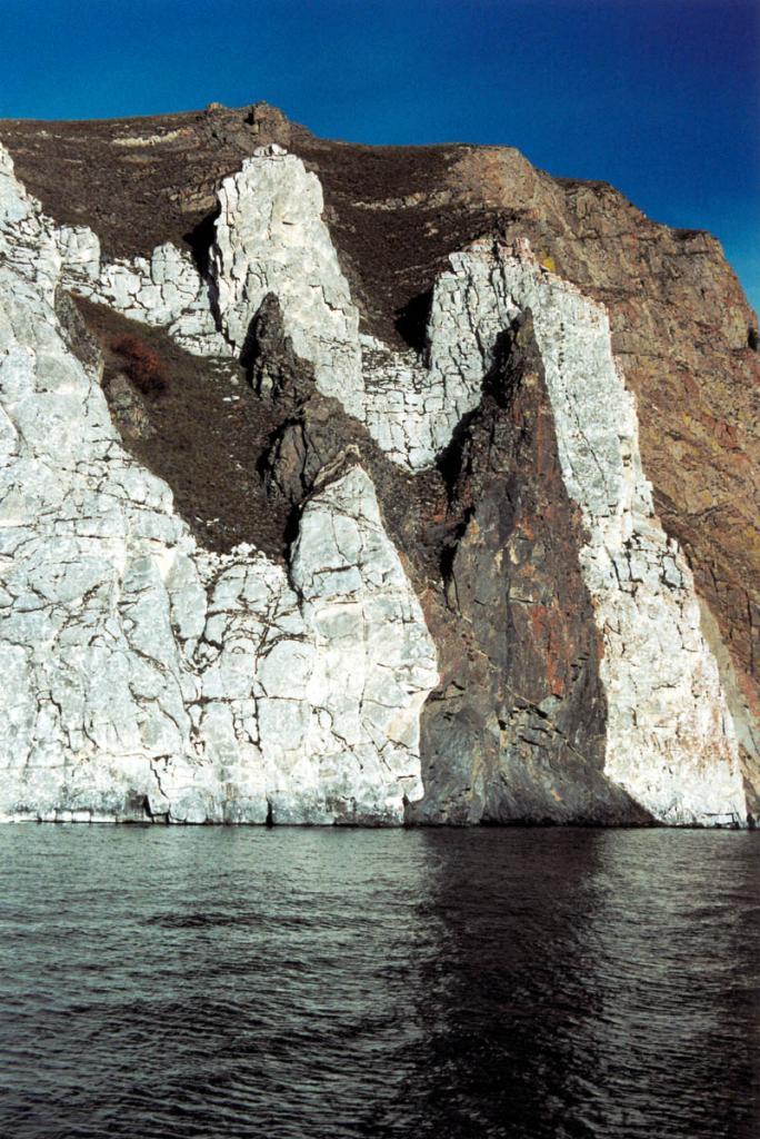 Одна из красивейших скал Байкала у мыса Шунтэ-Левый.