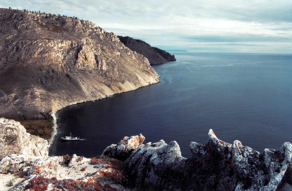 Панорама западного побережья с вершины беломраморного утеса Саган-Заба. Скала, круто обрывающаяся к Байкалу, находится в 4 километрах севернее мыса Крестовский.