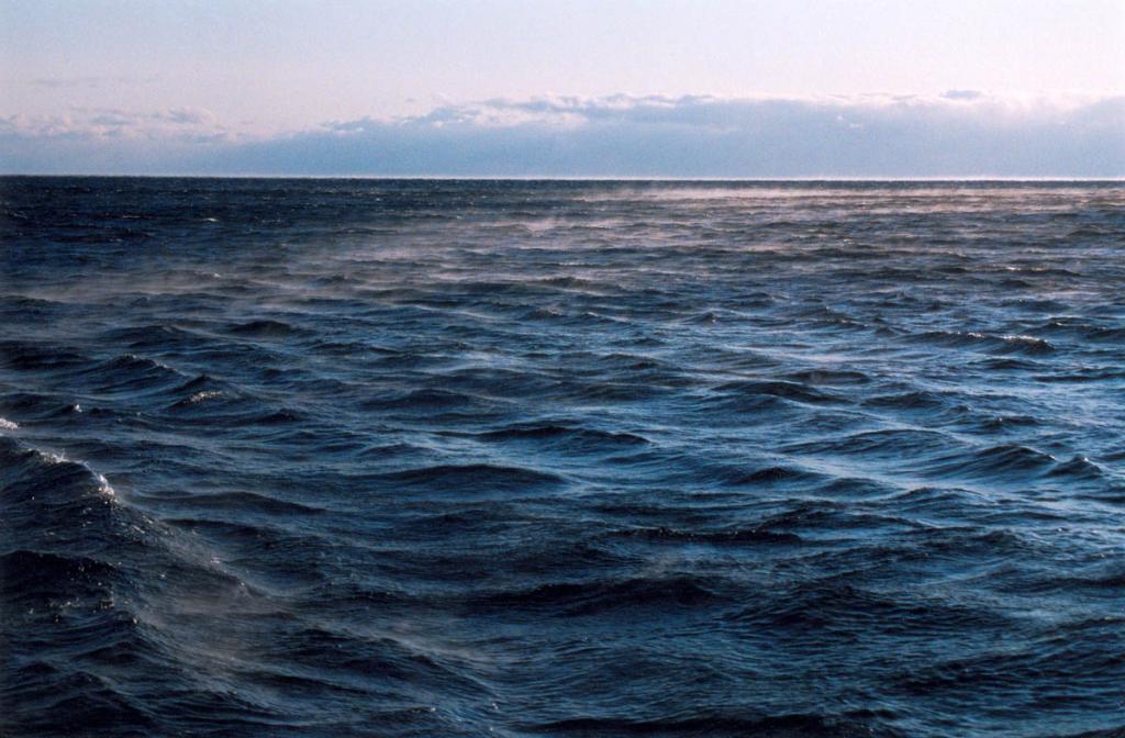"""Основной чертой байкальской погоды является ее непостоянство, контрастность, рожденные совокупностью орографических, гидрологических, атмосферных и ландшафтных свойств бассейна. На снимке: дует """"Горная"""" - сильный северо-западный ветер, достигающий в порывах скорости 40 м/с."""