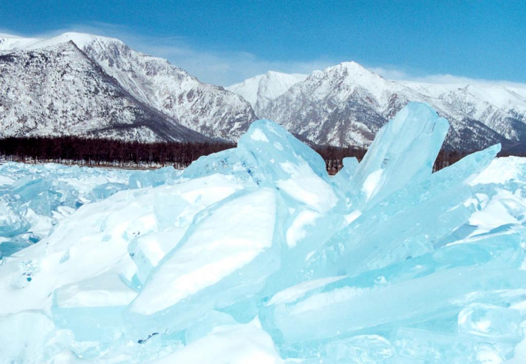 От ледостава до вскрытия озеро остается подо льдом в южной части 4-4.5 месяца, в северной 6-6.5. месяцев. Большую часть этого времени лед непрерывно растет, достигая толщины 1.3 метра (редко 1.5-2 метра). На снимке: ледяные торосы у северо-западного побережья.