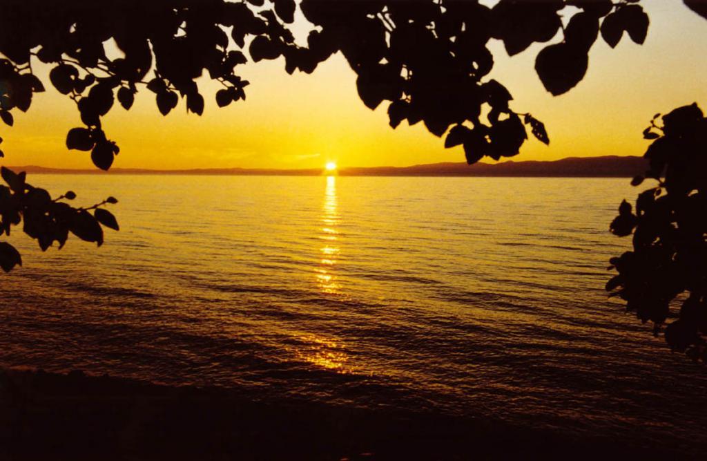 Прекрасна легенда солнечного восхода и заката, но еще более прекрасна его тайна! Снимок сделан с западного берега полуострова Святой Нос.