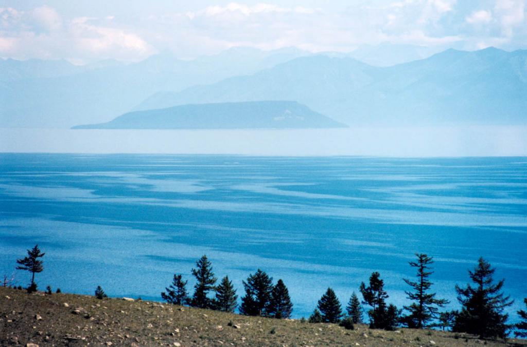 С каменистого склона мыса Хыр-Хушуун (Рытый) хорошо виден остров Большой Ушканий. До острова около 34 километров.