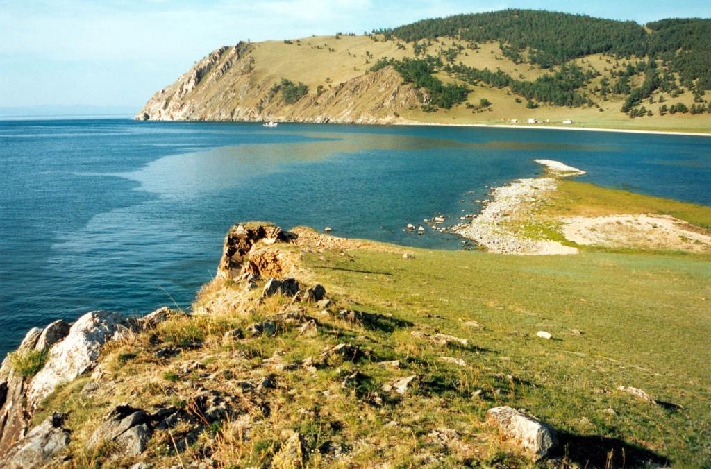 У южной оконечности мыса Арул. Справа - залив Кодовый, за ним мыс Зама.