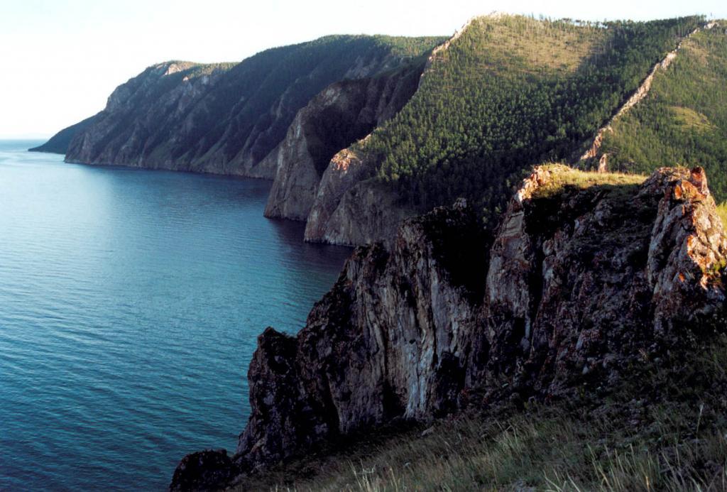 На скальных обрывах Ольхона южнее бухты Хага-Яман обнажаются основные сланцы и мраморы. Здесь геологами был обнаружен изумрудно-зеленый минерал турмалин.