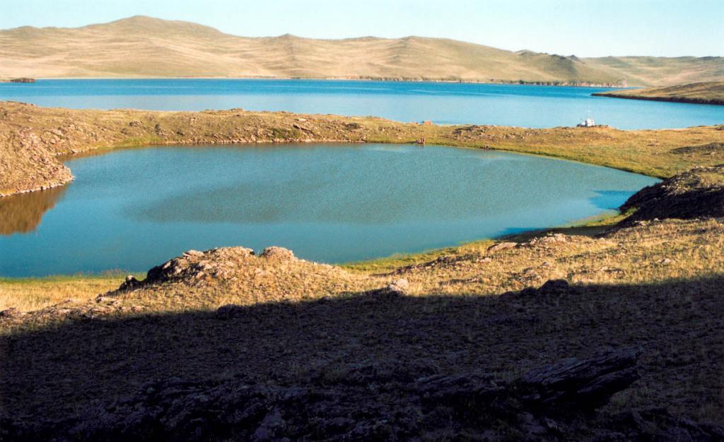 Небольшое озерцо на острове Ольхон (западный берег залива Хул).
