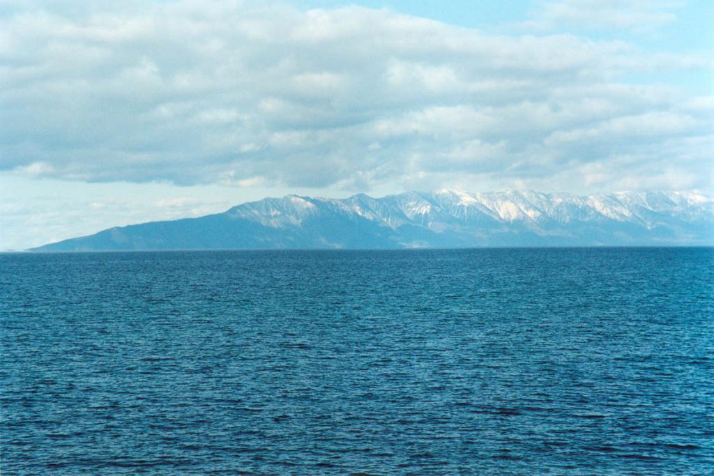 Если бы не перешеек, едва поднимающийся над уровнем воды, то полуостров Святой Нос мог бы быть огромным островом, посредине которого проходит мощный хребет