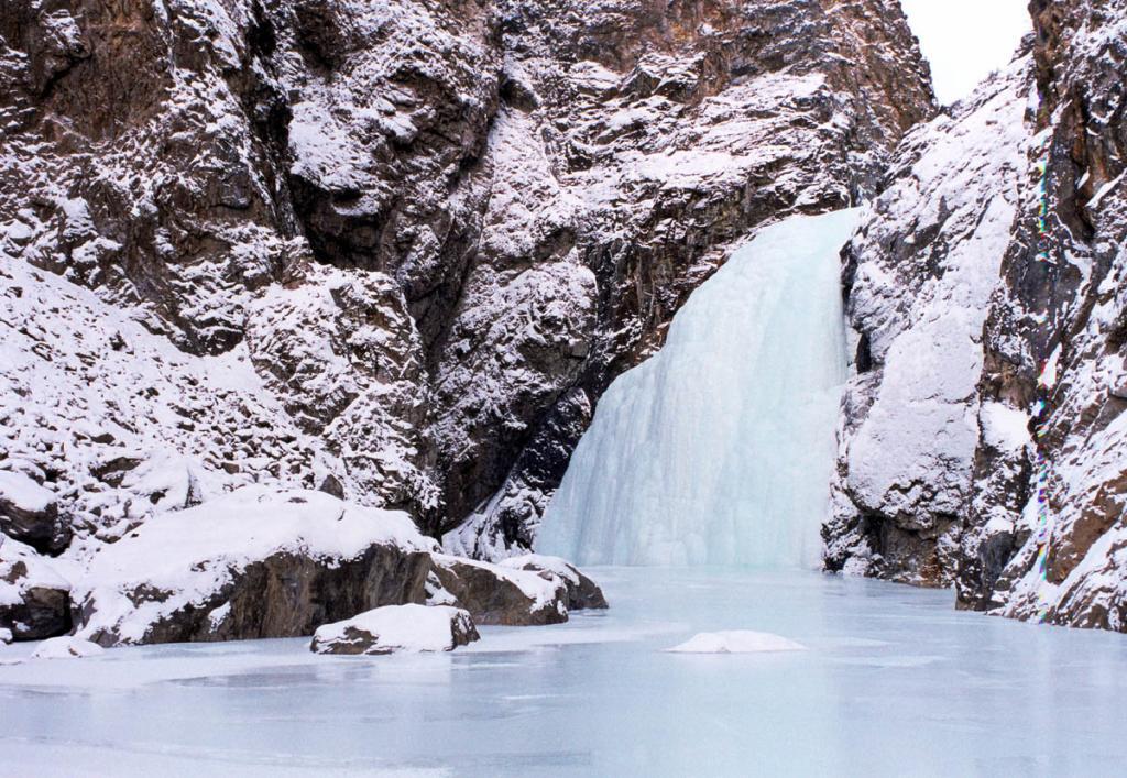 Зимой байкальские горные водопады превращаются в огромные ледяные купола, внутри которых продолжает свою жизнь скованная морозами река.