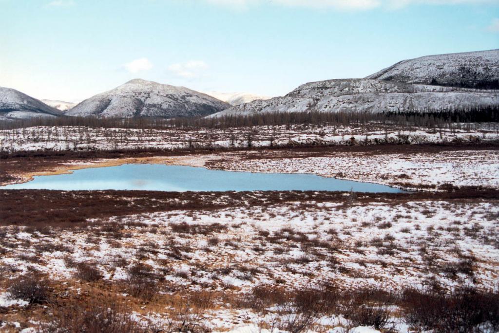 В первых числах октября горную тундру Байкальского хребта украшают еще не замерзшие лазуревые озера. На снимке: озеро Проходное в долине р. Лена. Байкало-Ленский заповедник.