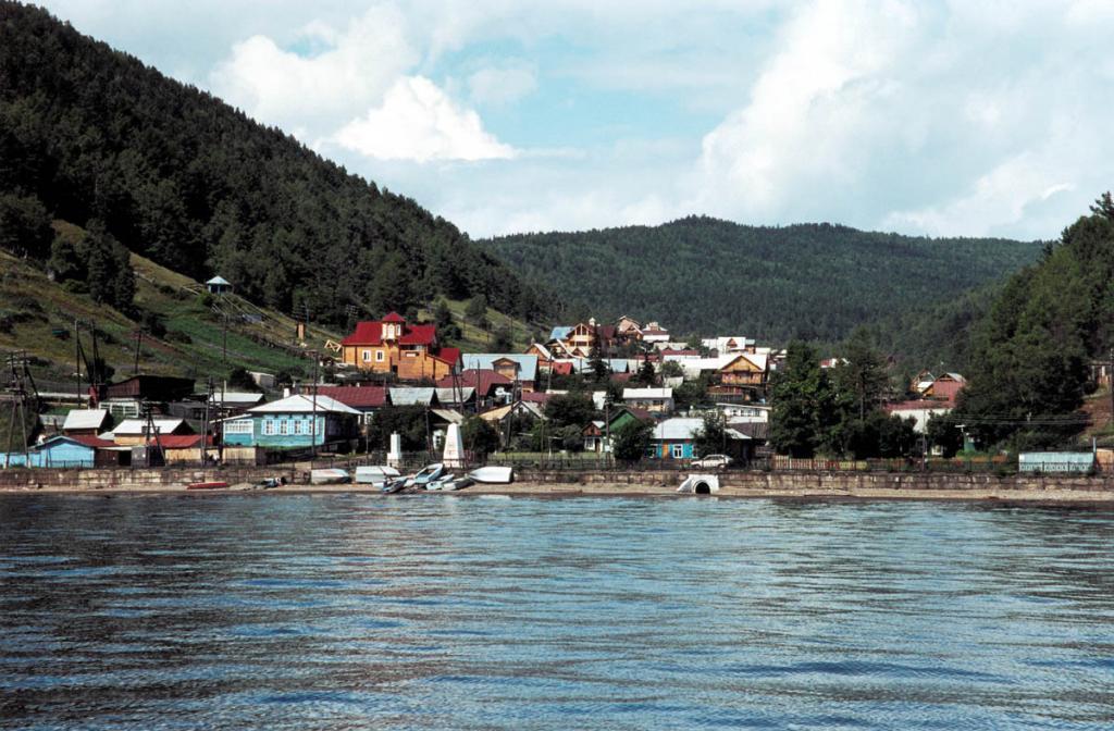 Поселок Листвянка, в прошлом главная байкальская пристань, к концу ХХ века превратился в современный туристический центр Южного Байкала.