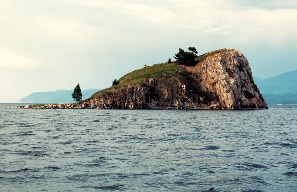 Небольшой остров у западного берега Чивыркуйского залива - Покойницкий (Курбуликский) камень.
