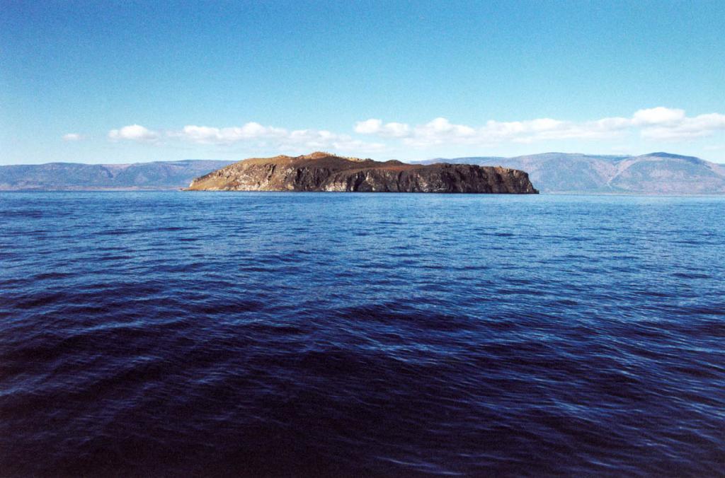 Крупнейший остров Малого моря - Замогой - находится в 2.8 километрах от мыса Шибетского (о. Ольхон).