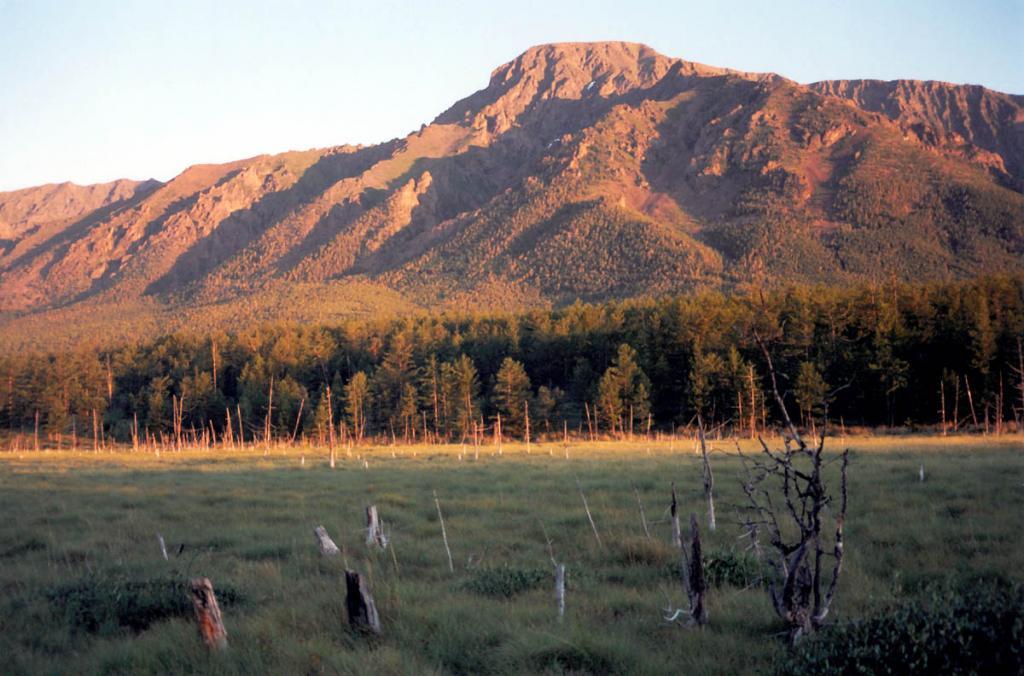 Эти краски дикой природы у подножия заповедной горы Елбырь художник-природа создает в торжественные минуты рассвета - они исчезнут так же быстро, как и появились, до следующего восхода солнца.