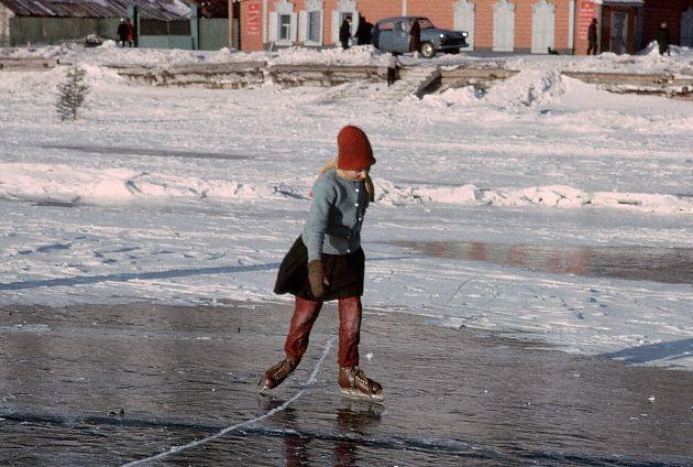 1966. Листвянка, Сибирь, Россия - Катание на коньках по замерзшему льду Байкала.<br />1966, Listvyanka, Siberia, Russia, USSR --- Skating on Frozen Lake Baikal --- Image by © Dean Conger/CORBIS