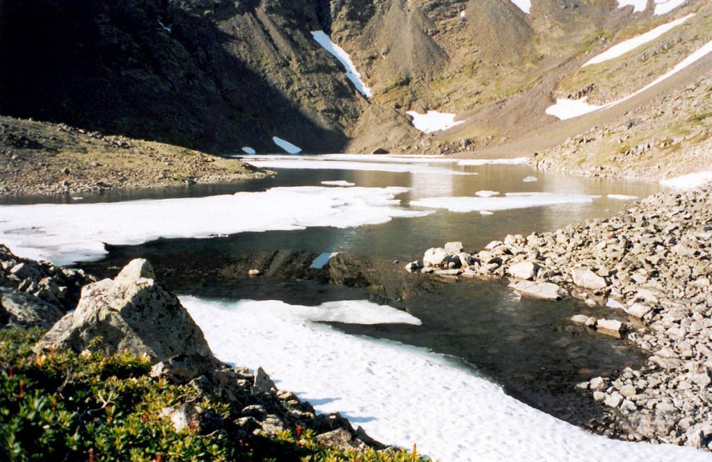 Озеро Зеркальное (Байкальский хребет, район - 3 км. южнее мыса Заворотный, на западном макросклоне) свидетельстует о продолжении динамического развития Байкальского хребта в настоящее время: со дна этого небольшого озерца постоянно поднимаются к поверхности пузырьки с газом.