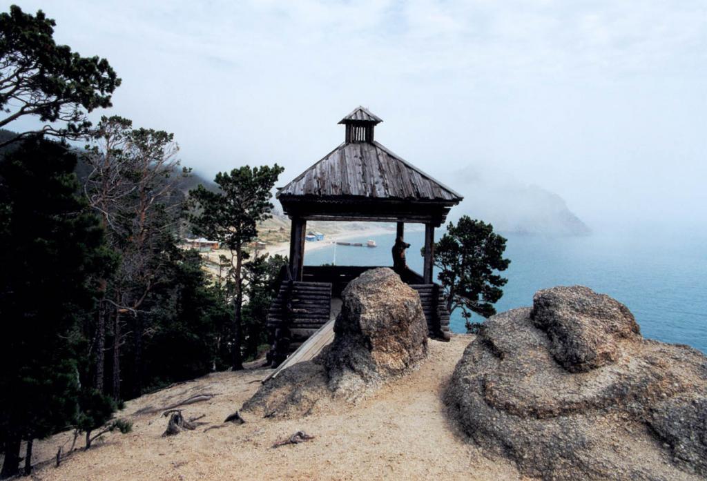 На вершине близлежащей южной (от причала) скалы построена деревянная беседка, из которой можно любоваться красотой Песчаной. Даже в туманные дни она прекрасна!