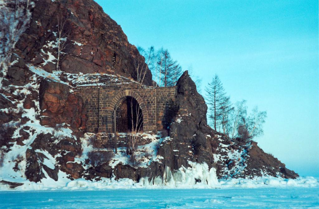 Один из памятников Кругобайкальской железной дороги на Южном Байкале в бухте Березовская. Ранее перед тоннелем был железнодорожный мост, протяженностью 123.5 метра. В 1911-1914 гг. был построен обводной тоннель, а фермы моста перенесены на реку Выдриная.