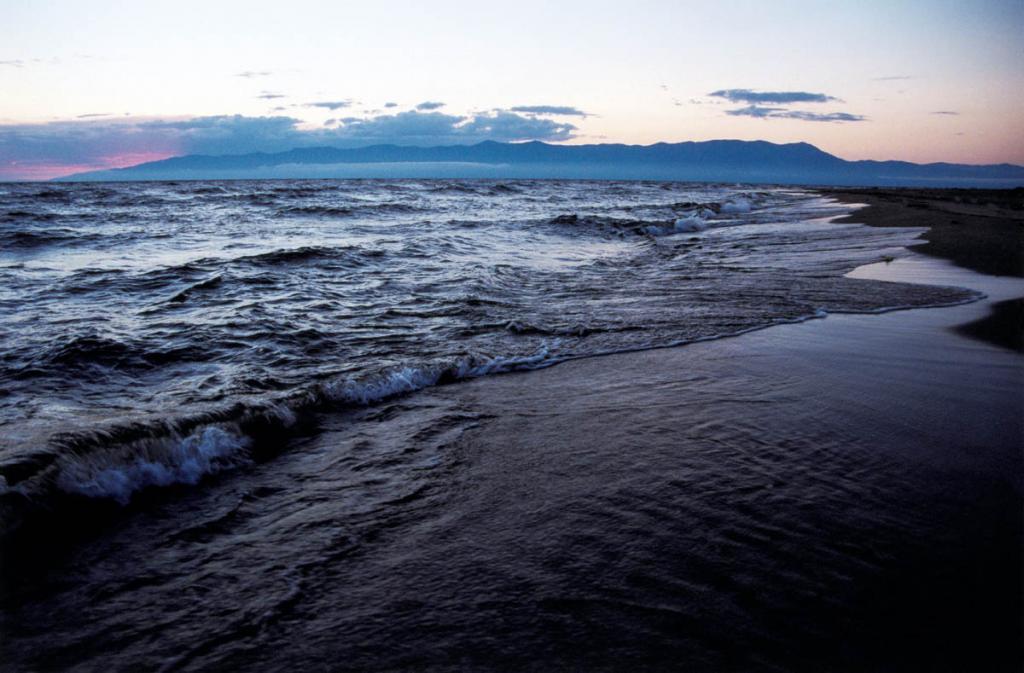 """Граница песчаной косы и воды, называемая на Байкале """"приплеск"""", на баргузинской стороне перешейка имеет очень медленно понижающееся под водой песчаное дно."""