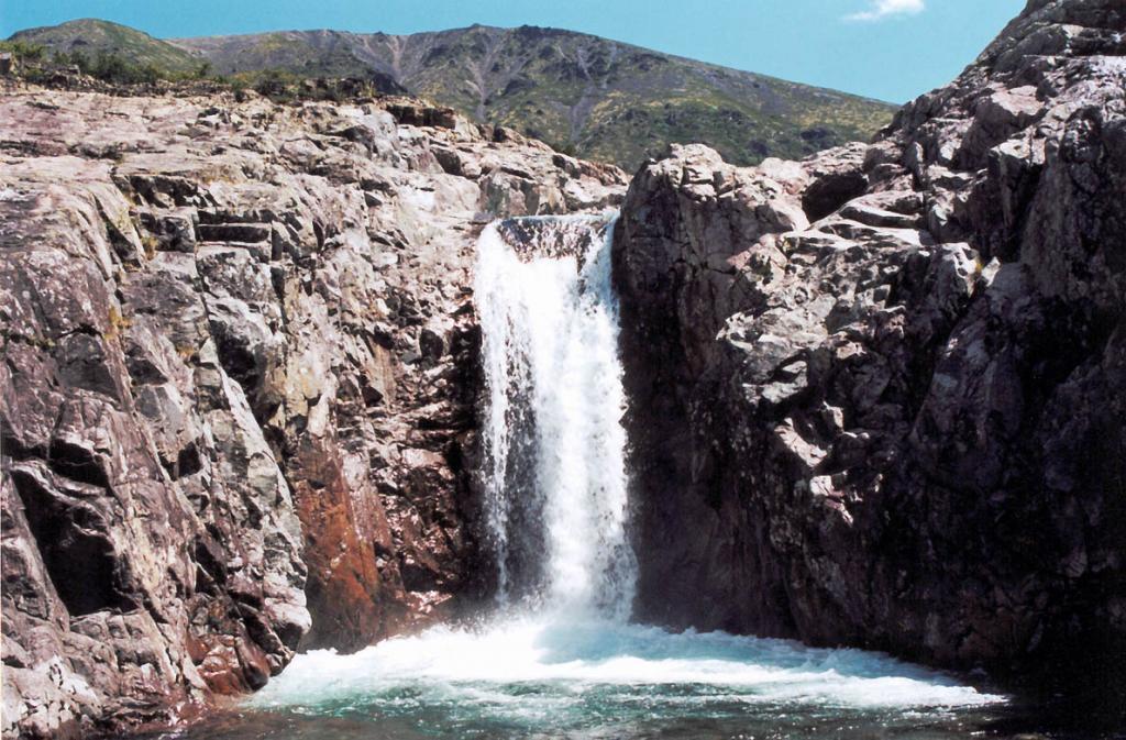 """Первая ступень водопада """"Чудо Тонгоды"""", одного из самых красивых в западном Прибайкалье."""