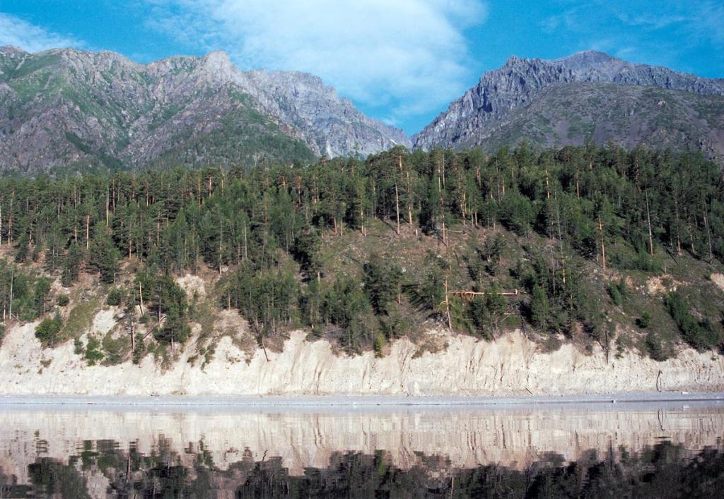На северо-западном побережье горы Байкальского хребта вплотную подходят к воде. На снимке: берег у вершины 2201 м. над ур. м. Хребет рассечен долиной ручья Скалистого (Безымянный).