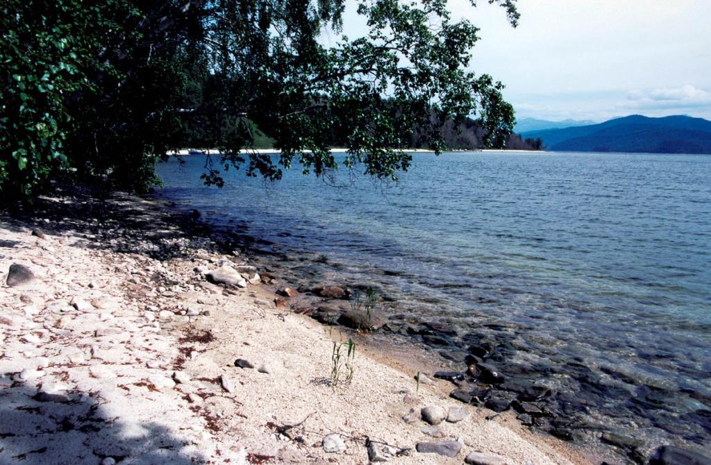 На восточном берегу острова Большой Бакланий находится удобная красивая бухточка - одно из самых посещаемых мест на островах в Чивыркуйском заливе.