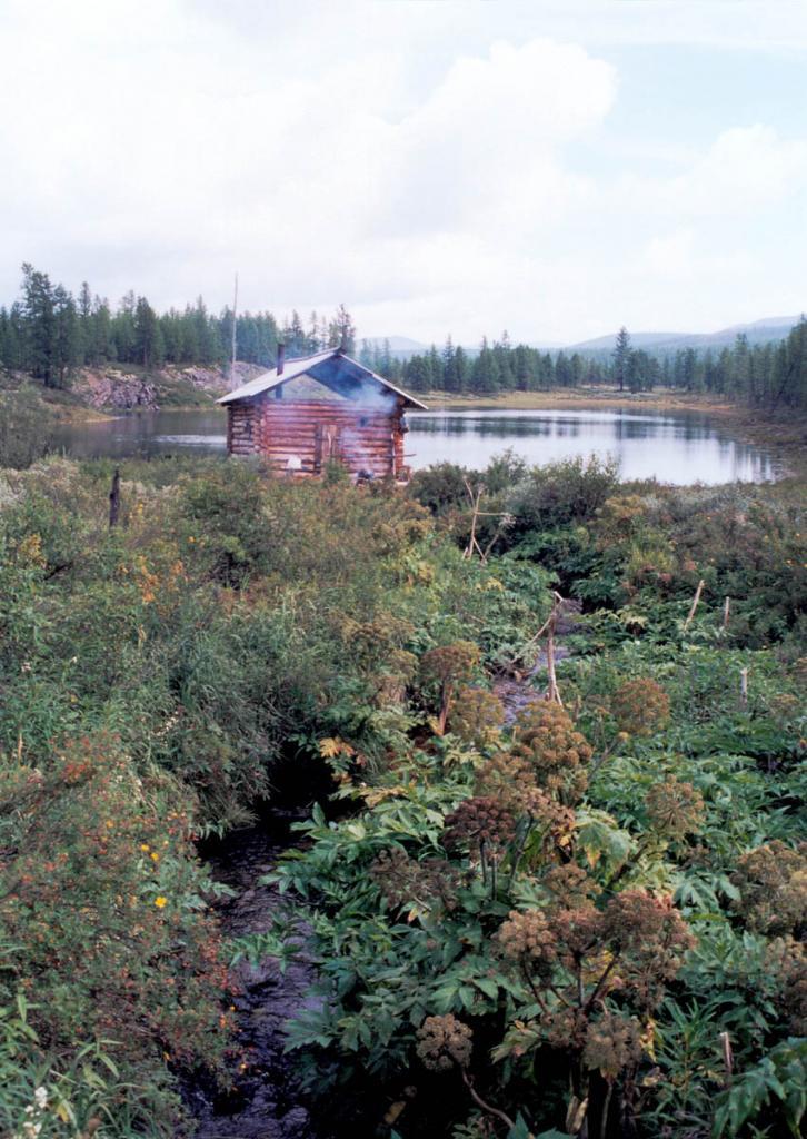 Таежное зимовье на берегу озера Изумрудного. Байкало-Ленский заповедник.