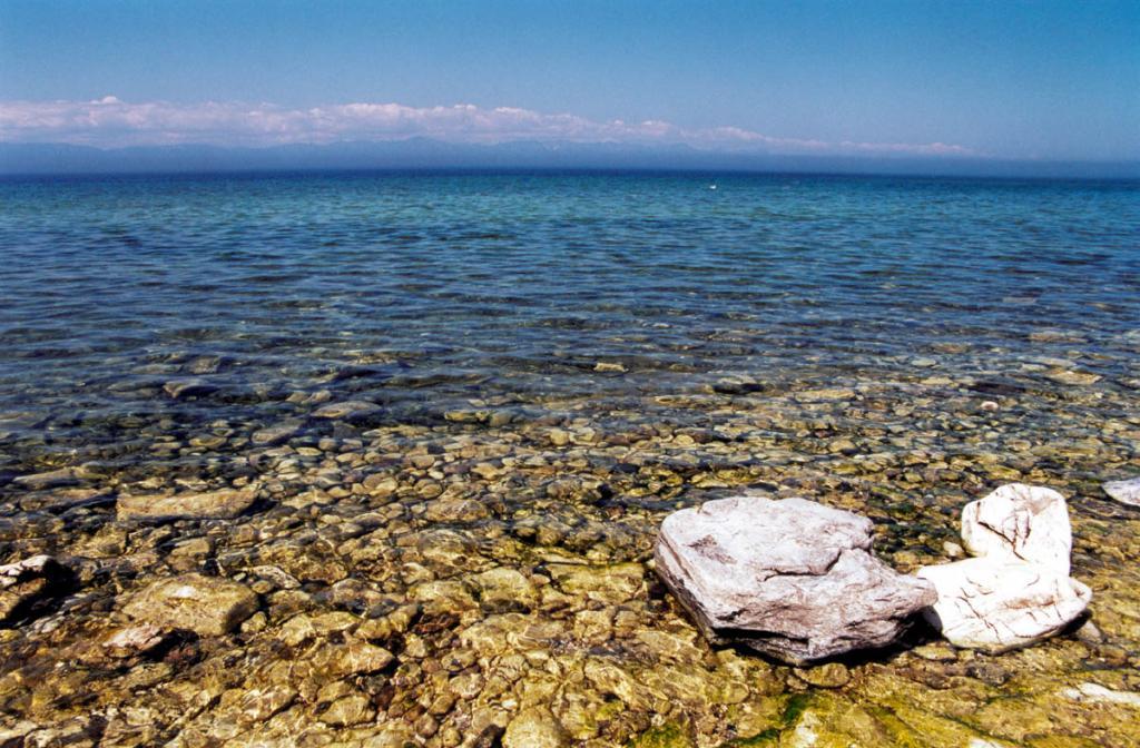 Открытый Байкал меняет свой цвет несколько раз в течение дня, становясь то нежно-голубым, то свинцово-серым, то аквамариновым или бледно-зеленым. Снимок сделан с острова Тонкий (Ушканьи острова).