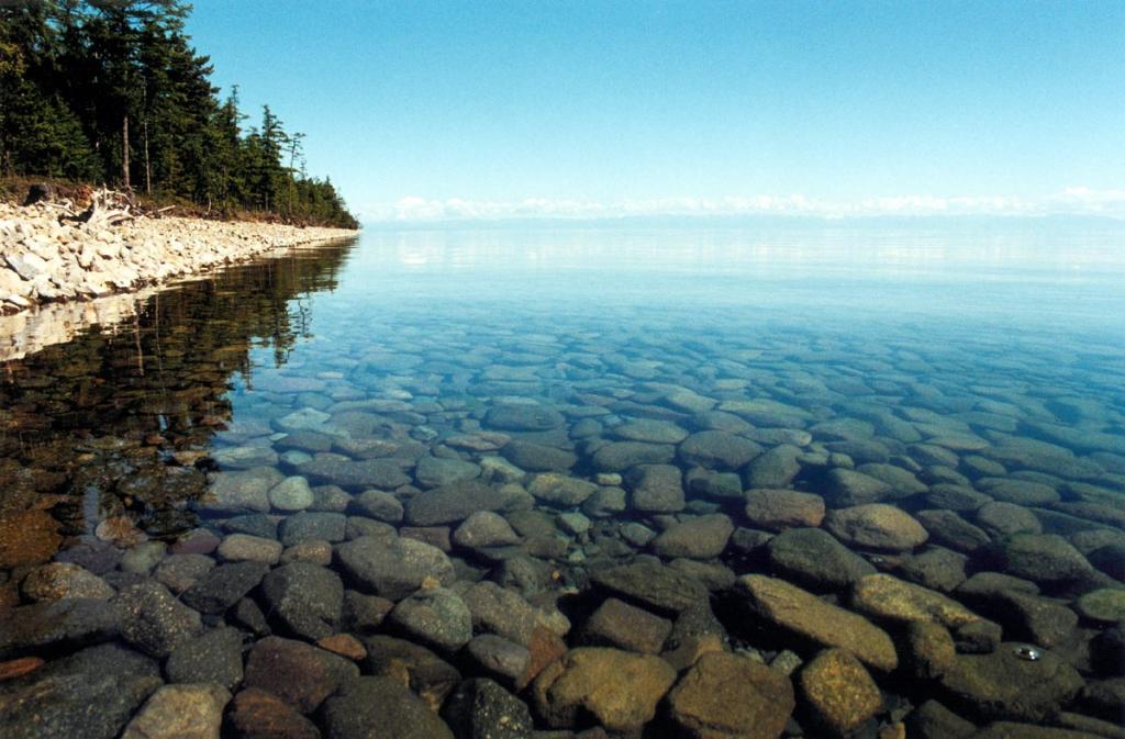 Вода Байкала отличается необыкновенной прозрачностью и чистотой. На снимке: берег южной стороны мыса Заворотный.
