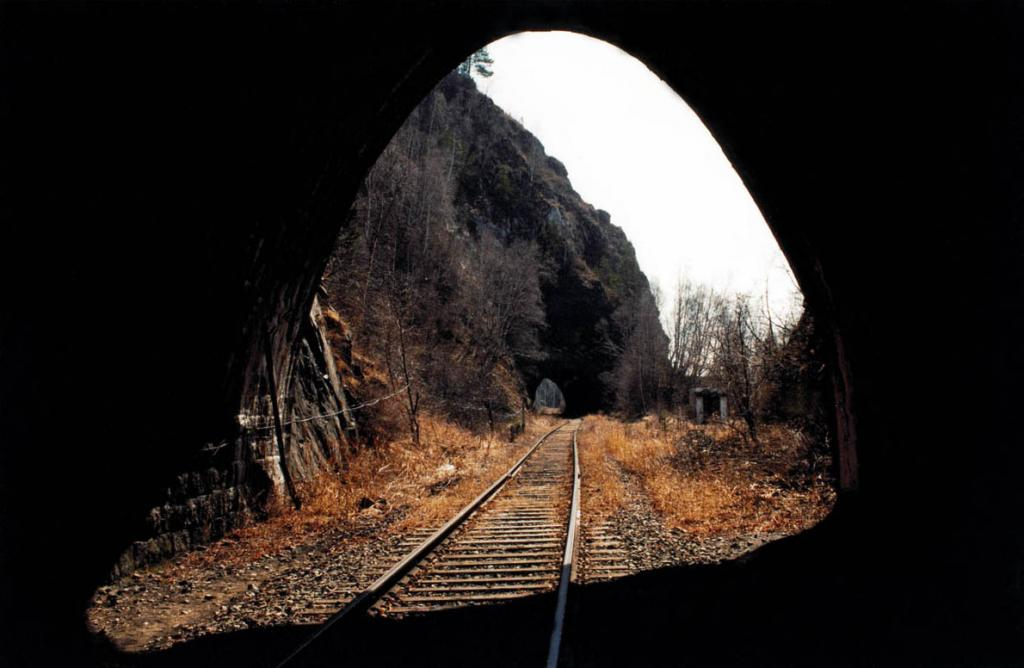 Первоначально планировалось построить на Кругобайкальской железной дороге 19 тоннелей общей длиной 1793 метра. Но сложность рельефа и расположение тоннелей на кривых участках значительно осложнили их разбивку. Фактически было построено 39 тоннелей общей протяженностью 8004 метра. При прохождении тоннелей использовали как ручное бурение, так и пневмоэлектрическое и электрическое.