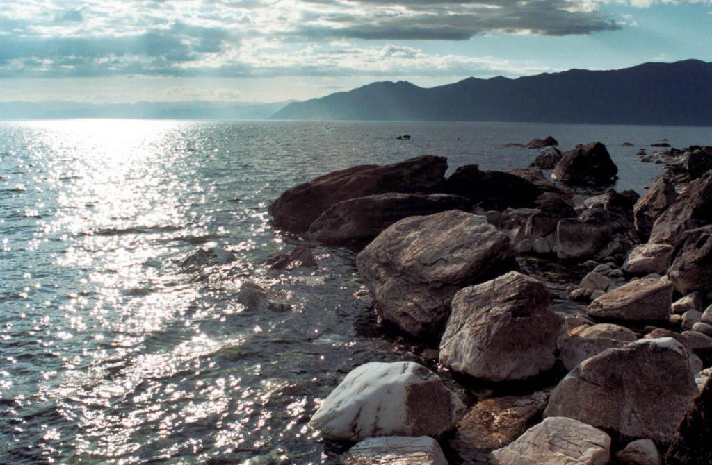 С северной оконечности острова Долгий видно Верхнее Изголовье полуострова Святой Нос.