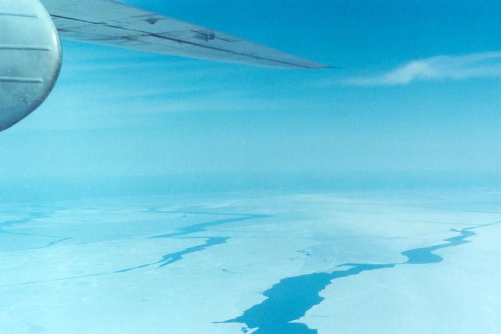 Сплошное замерзание прибрежной части озера продвигается с севера на юг с середины декабря до начала января, однако усиливающиеся ветры не дают воде спокойно замерзнуть. Снимок сделан с борта самолета АН-24, выполняющего рейс Улан-Удэ - Иркутск.