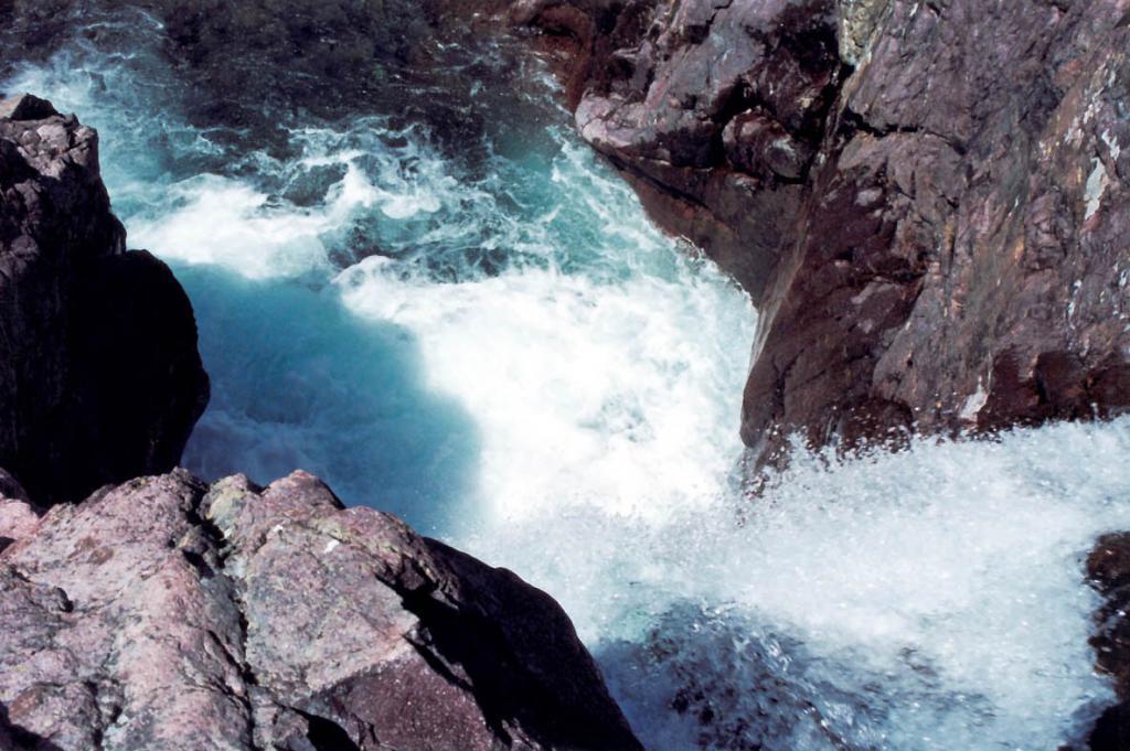 "Вода сильнее камня. На снимке: средняя чаша водопада ""Чудо Тонгоды""."